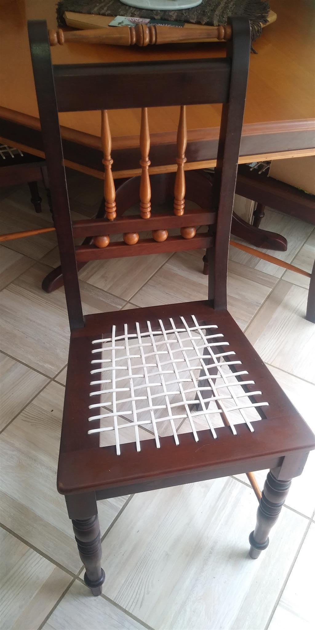 Emboya en geelhout 8-sitplek tafel