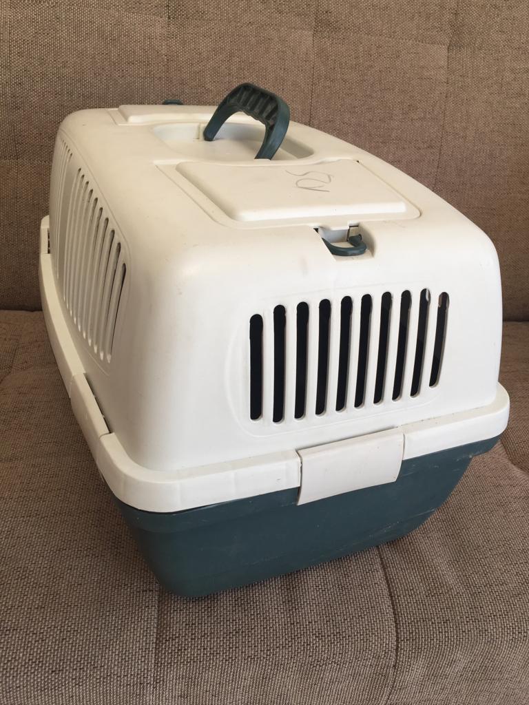 Compact/medium plastic pet travel box - please note no front gate!