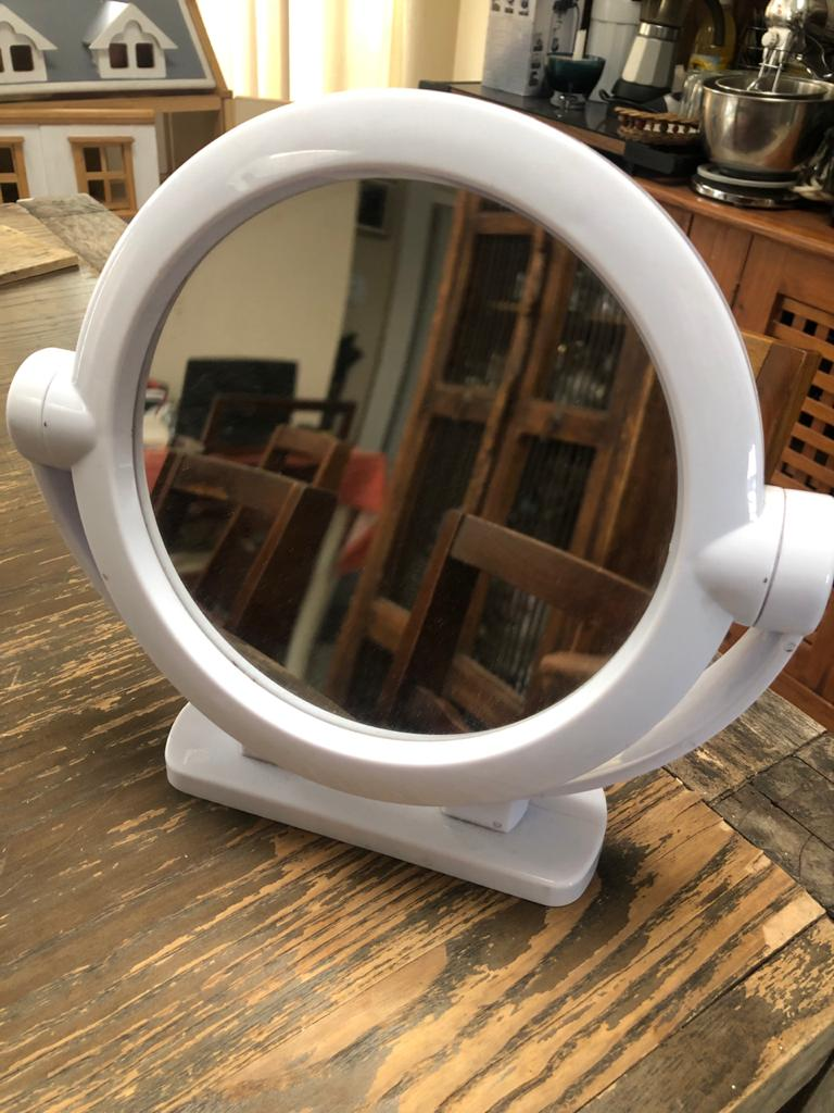 Double-sided makeup mirror - Perfect to get that professional touch for your personal grooming
