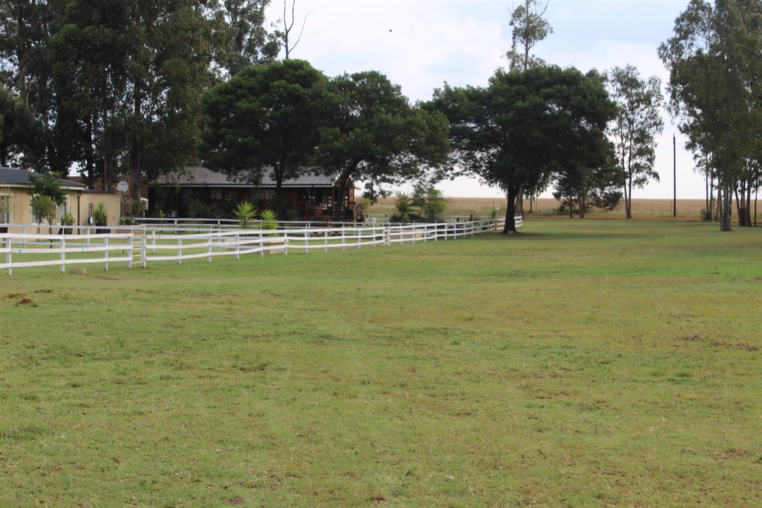 BAPSFONTEIN-A RESIDEENECE FIT FOR A KING-2.9 Ha-VERYU MODERN HOME-3 X 2 BED COTTAGES &2 LOG CABINS @ R7,500 EACH P.M.