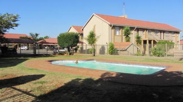 Moreleta Park, 2 Bedroom ground floor unit with private garden R7000, Pieter 084 572 3440