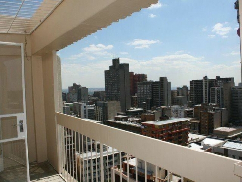 Berea Highrose open plan bachelor flat to rent for R2200 bathroom, kitchen and lounge