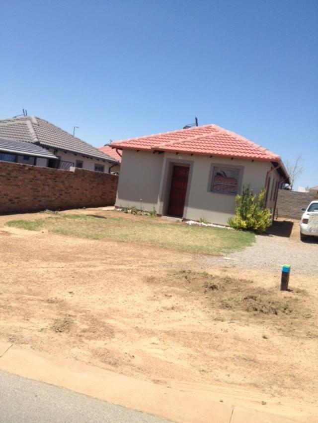 charming 2 bedroom and 1 bathroom for sale in riverside view fourways built in kitchen  and stove, tiled and burglars