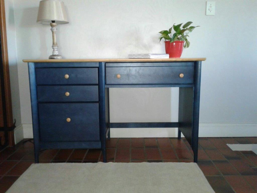 DESK. AS NEW. BLUE WITH WOODEN SOLID OAK COLOUR TOP. Stunning and modern desk. In MINT condition