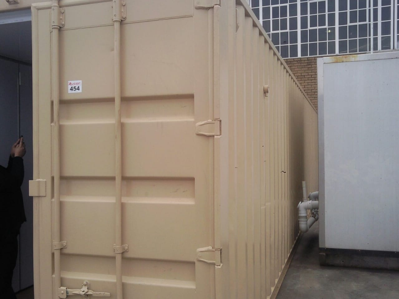 Mobile insulated container with extraction and air conditioning