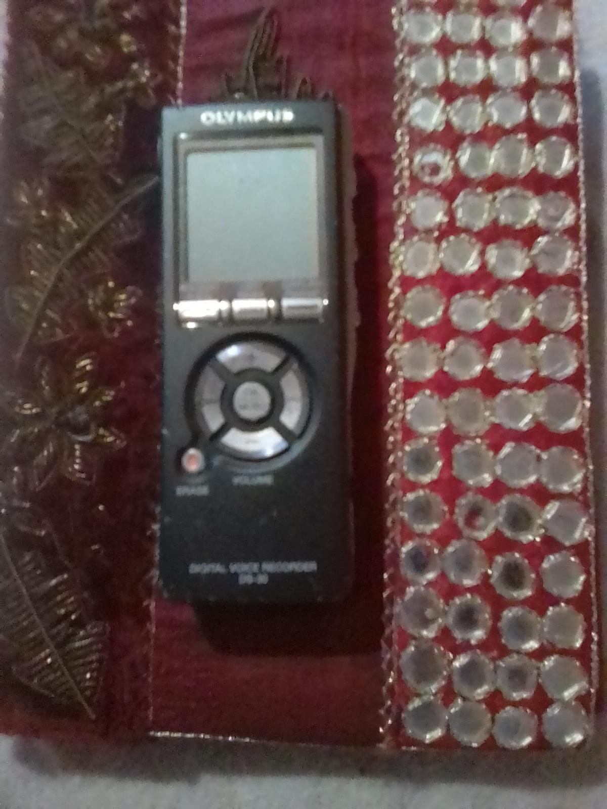 Digital voice recorder DS-30 Olympus.
