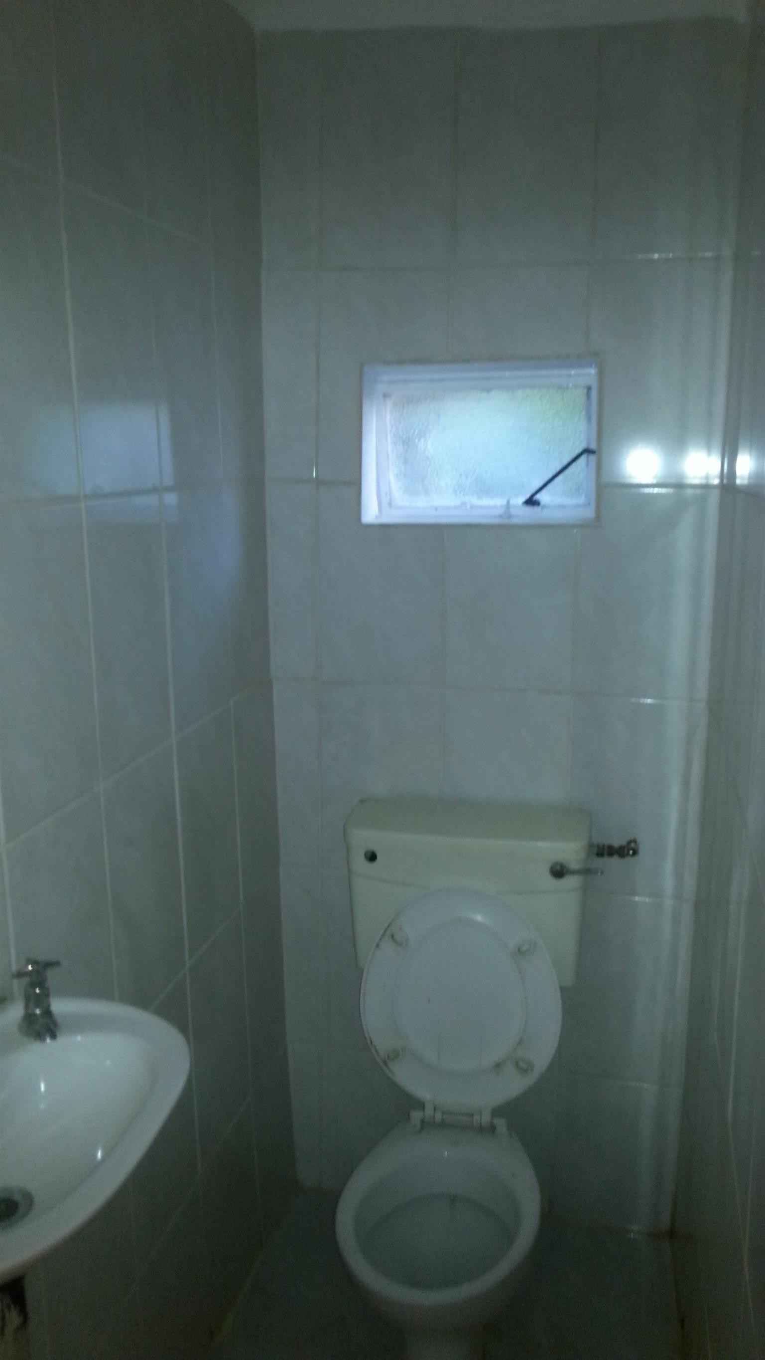 Batchelor flat R 2 500,00 pm ( water, lights included and unlimited internet )
