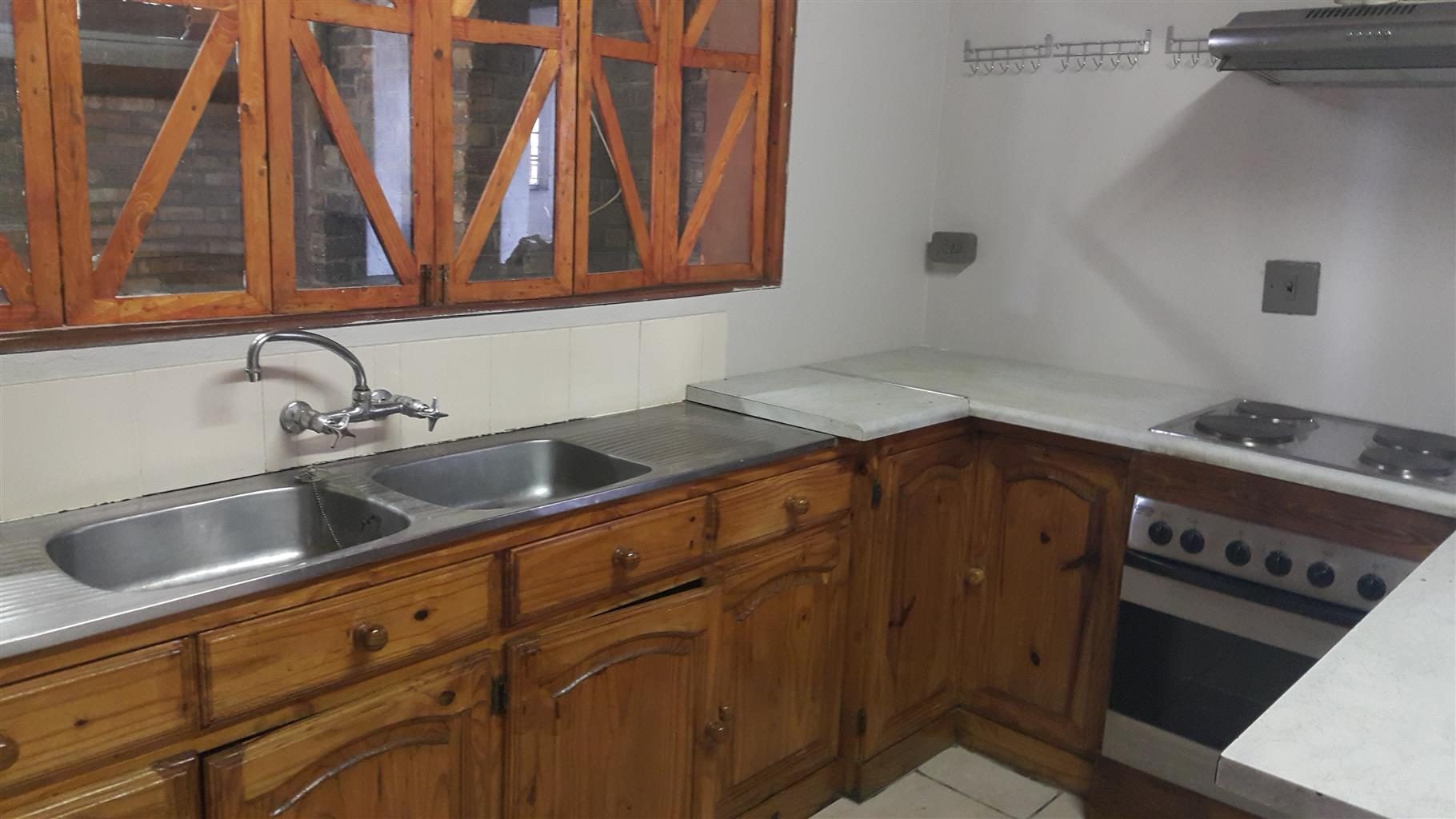 3 BEDROOM HOUSE WITH BIG FLAT WITH OWN ENTRANCE(CAN BE USED FOR BUSSINESS)