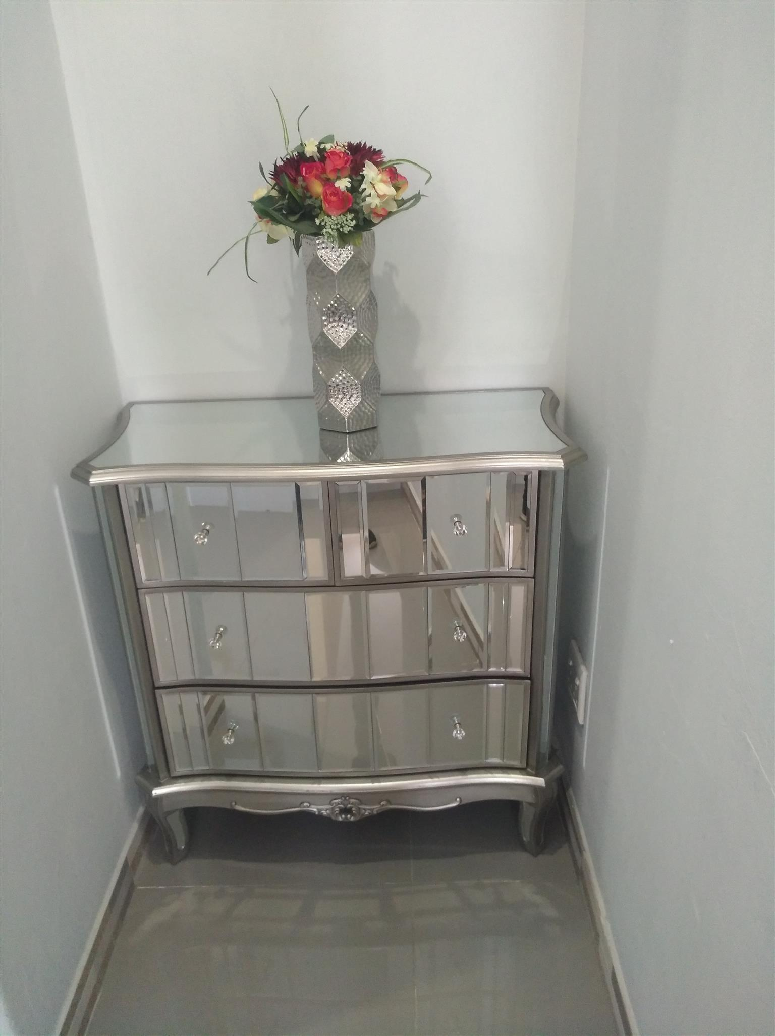 Vintage 4 draw mirror chest of drawers for sale brand new in boxes