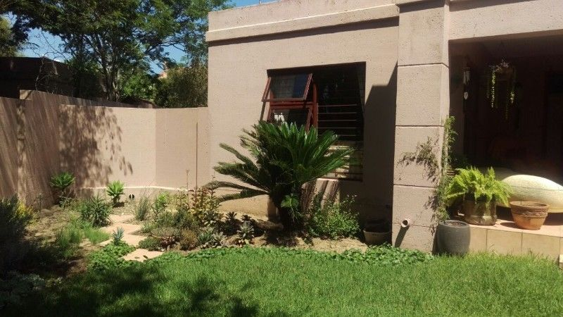 Fourways - Free standing 3 bedrooms 2 bathrooms cluster house available R15000