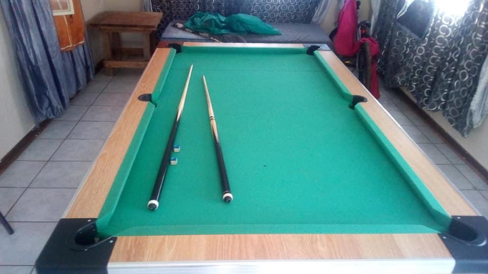 pool tafel tekoop met balle 2 stokke,chark,driehoek en cover