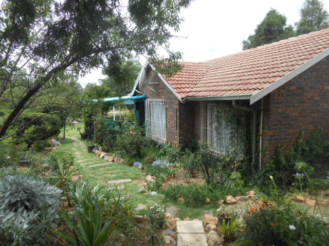 4ha smallholding in the market, 2 houses with pool and huge garden, secure.  Walkers Fruit Farms, Midvaal.