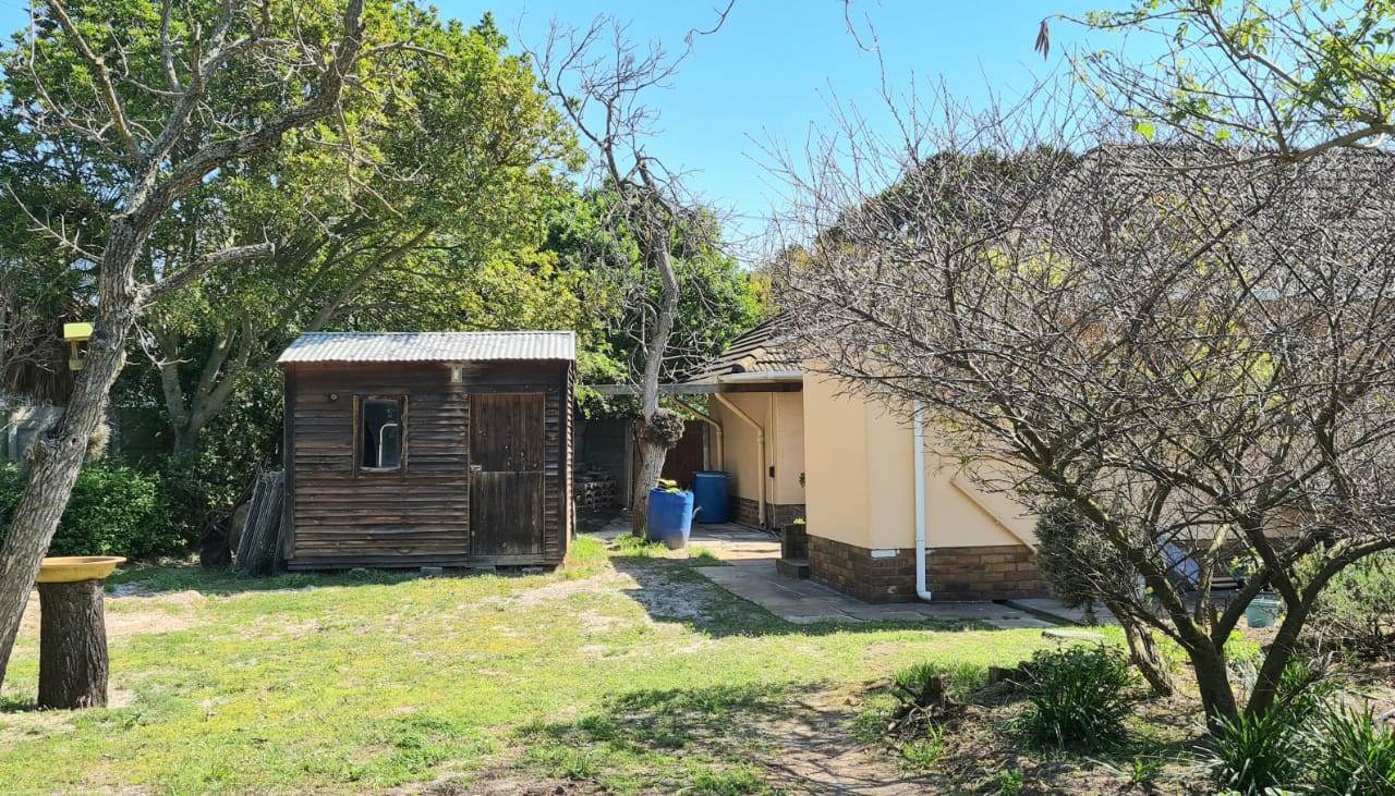 Well-priced 4-Bed Home with 1-bed Garden Cottage on Spacious Pinelands property