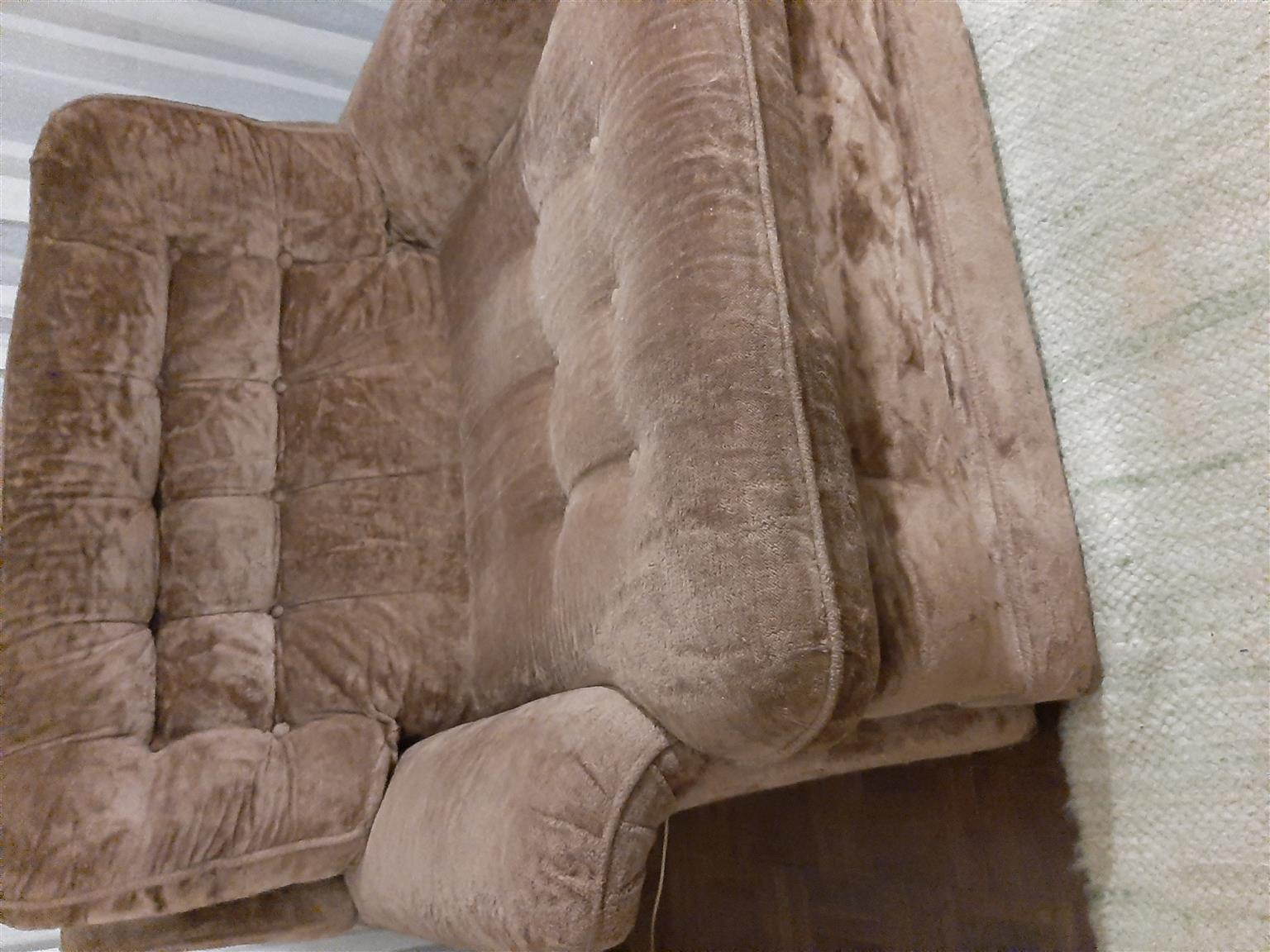 2 one seater lounge chairs