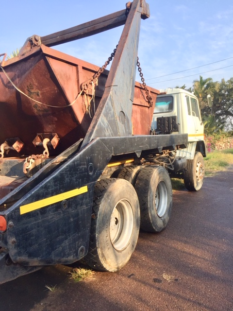 1996 Toyota Hino Double Axle skip loader with bin