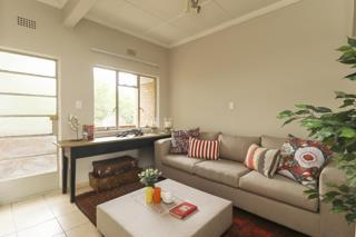 Craighall Park 1bedroomed flat to rent, bathroom, kitchen and loungE