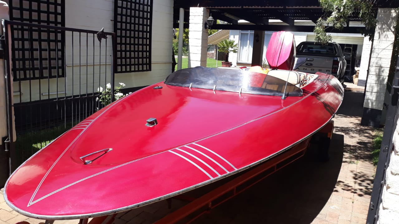 1977 model speed boat with a 140hp Chrysler outboard
