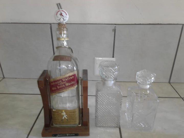 Johnnie walker bottle on stand 2x Glass bottles