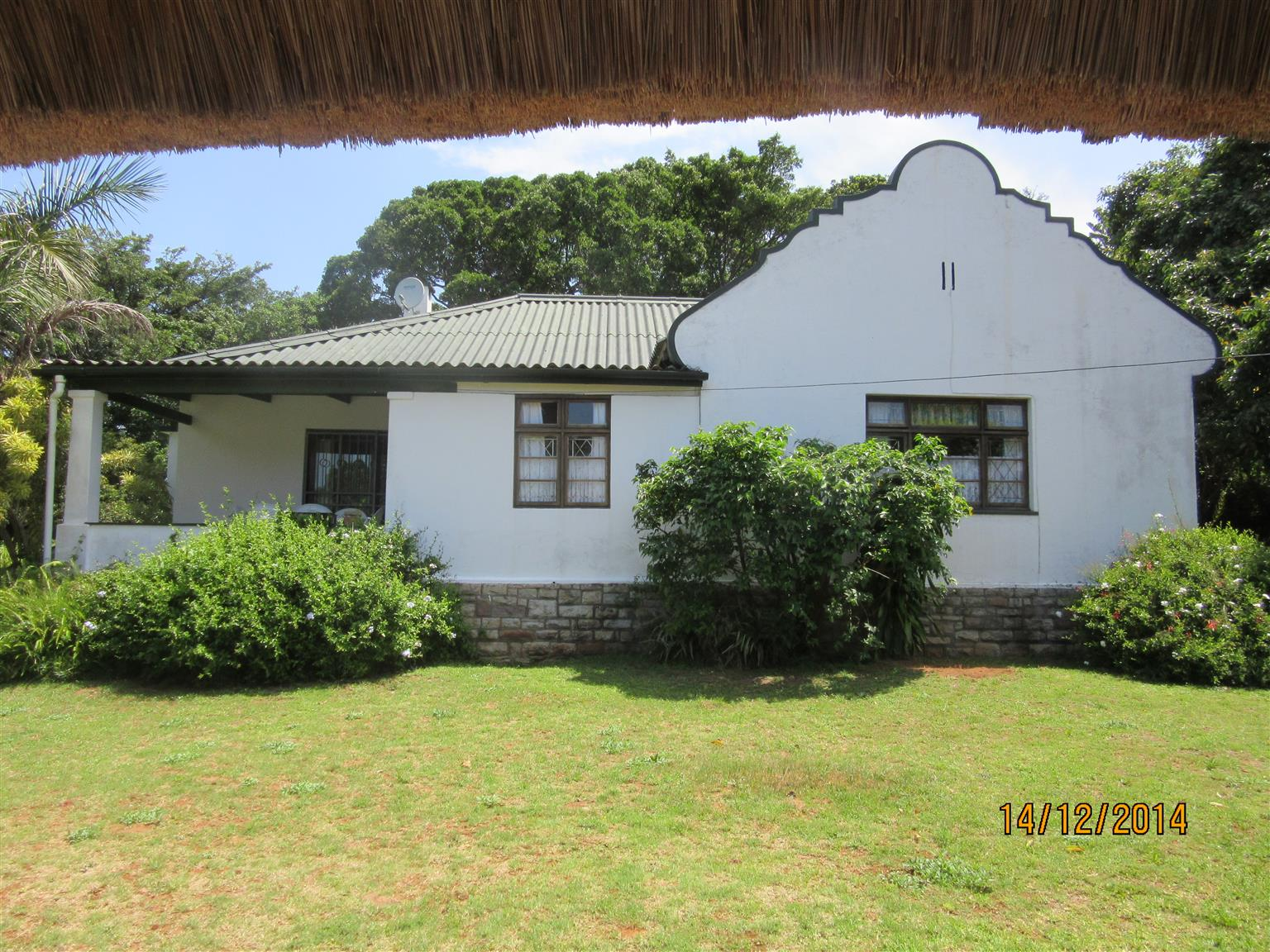4 BEDROOM HOUSE PLUS COMPLETELY SEPARATE 1 BEDROOM COTTAGE - PRICE REDUCED FOR URGENT SALE - R950000 EXCELLENT INCOME UMTENTWENI