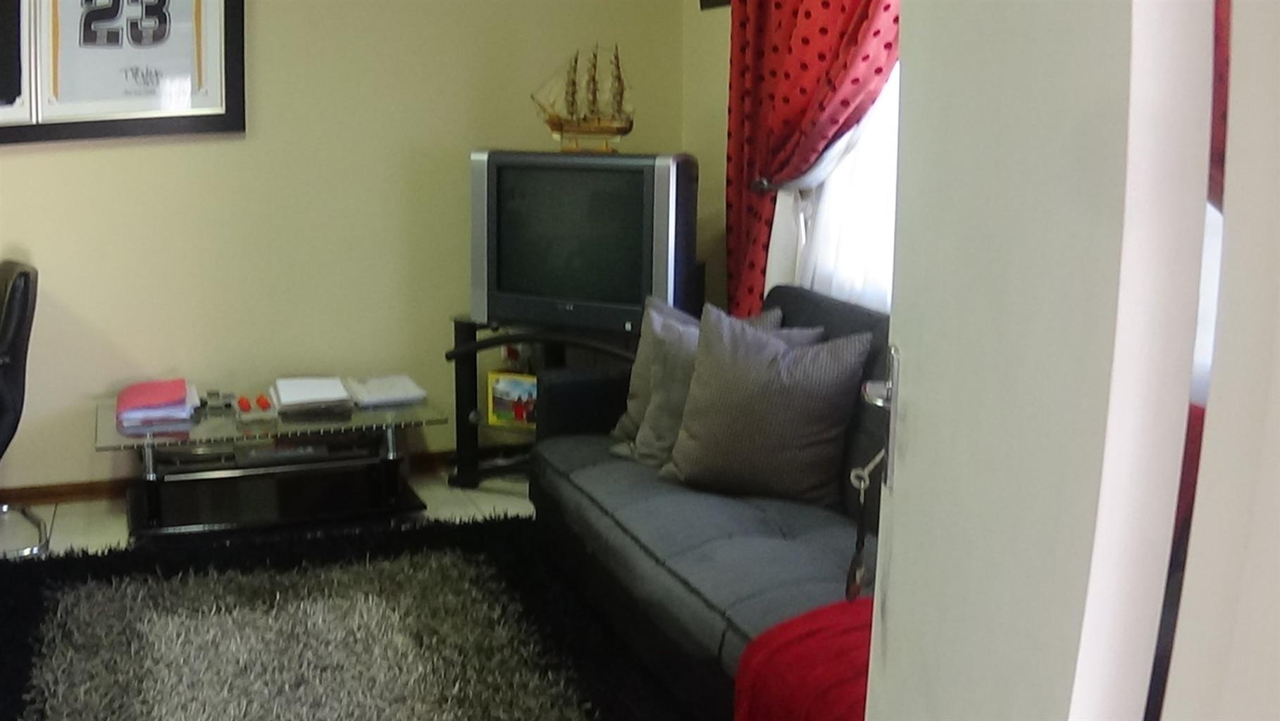 A FRESHLY PAINTED AND ONE BEDROOM  COTTAGE HOUSE FOR RENT IN BORDEAUX, RANDBURG