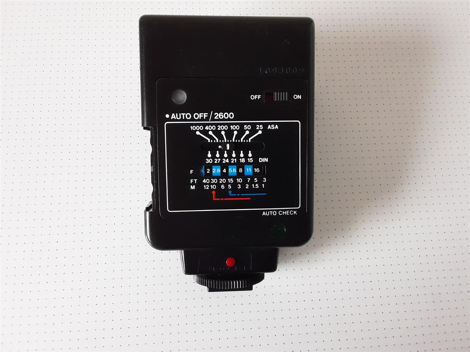 Vivitar 2600 automatic flash features a 3- to 30-foot automatic exposure range.