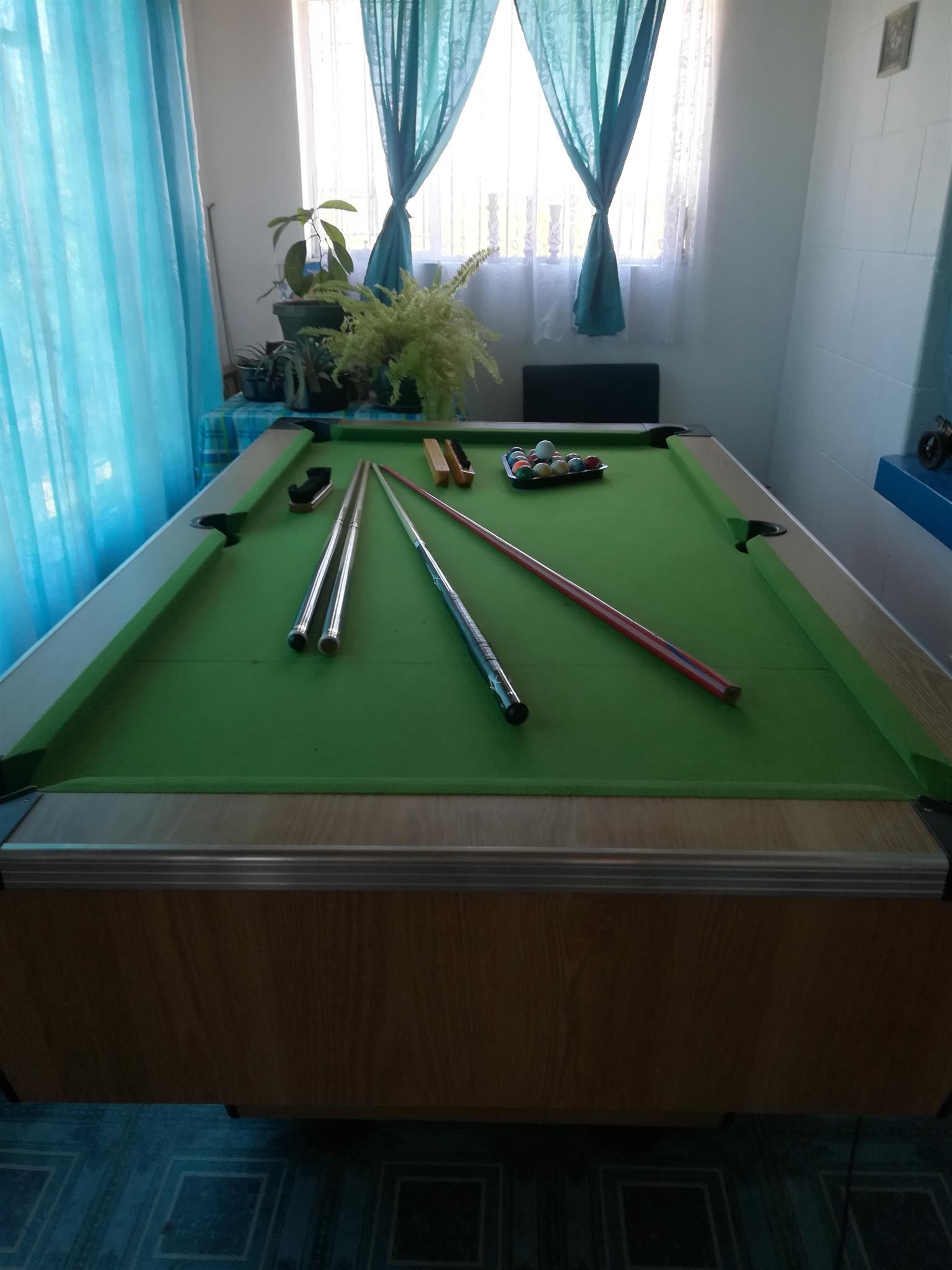 Snoeker pool table