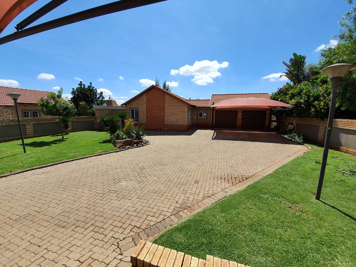 Townhouse For Sale in Rooihuiskraal North