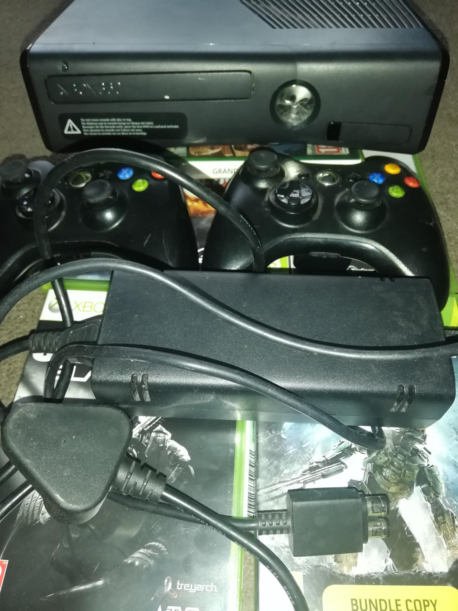 Xbox 360 500gb incl. 2 controls & 5 games R2300