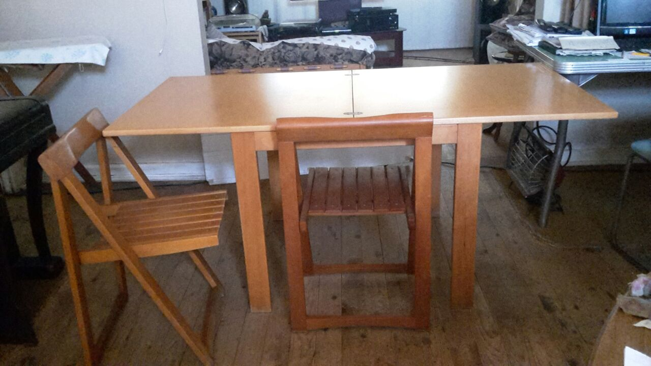 Extending folding dining room table with 6 folding chairs