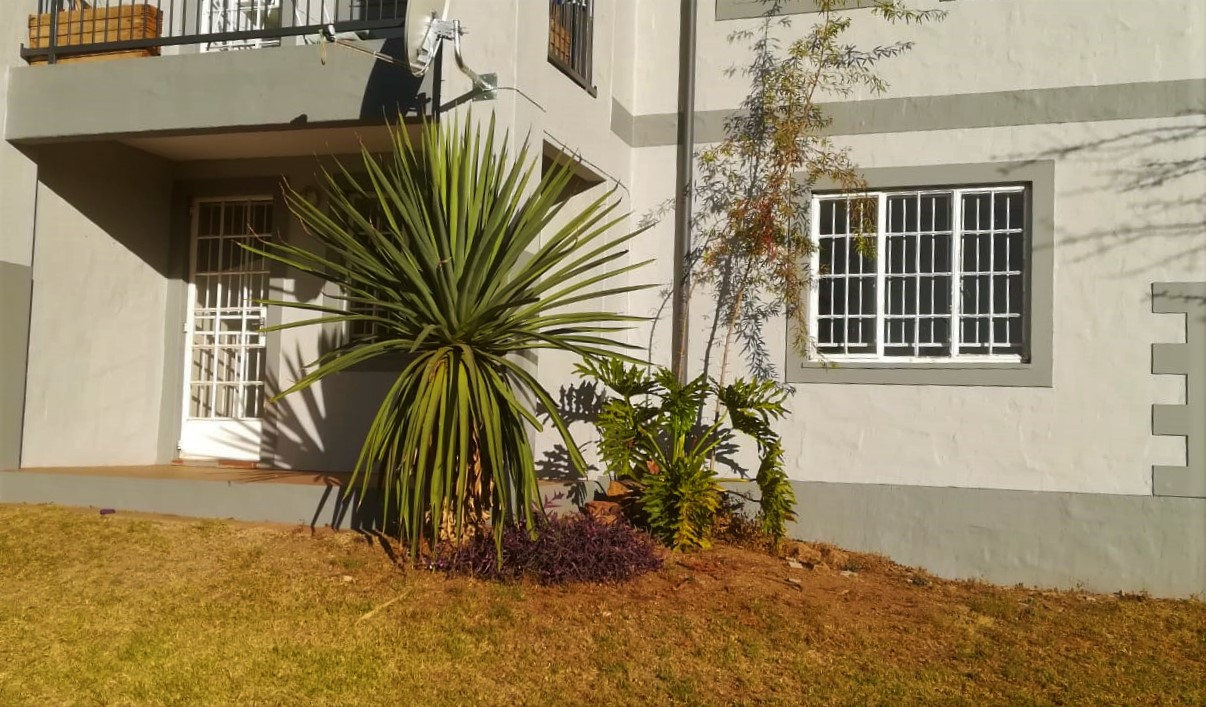 Townhouse to rent in MontBlanc Rietvleiview
