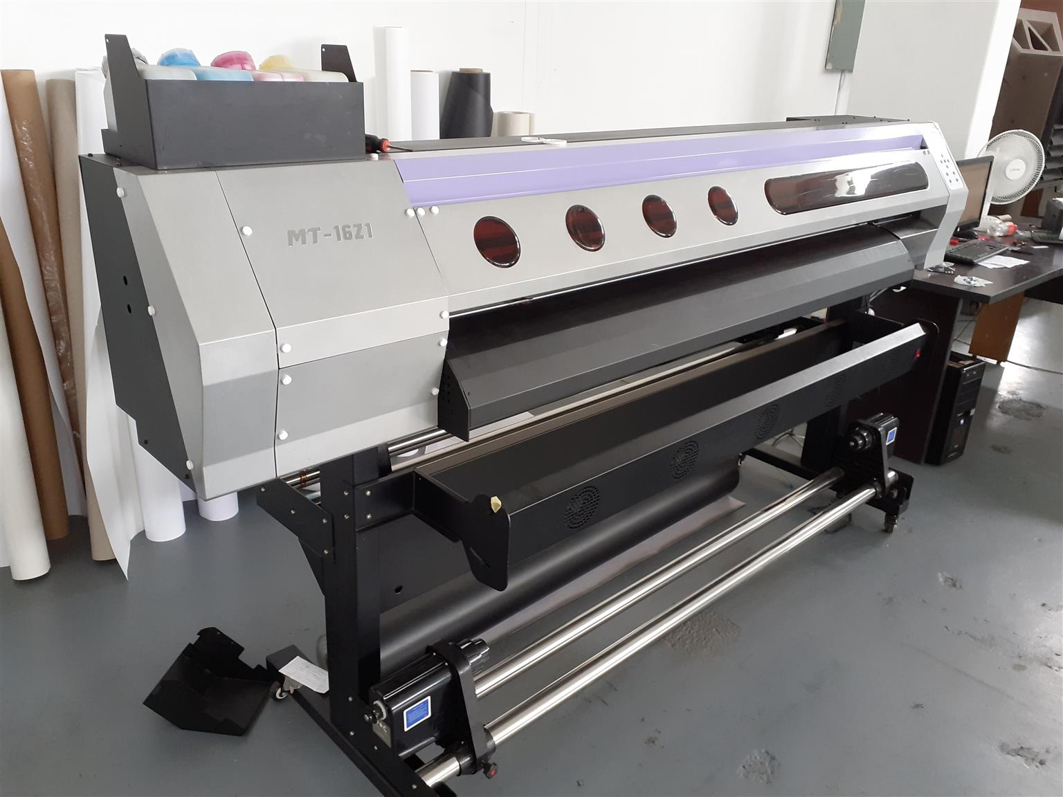 Eco Solvent printer with cutter and computer with the necessary operating apps