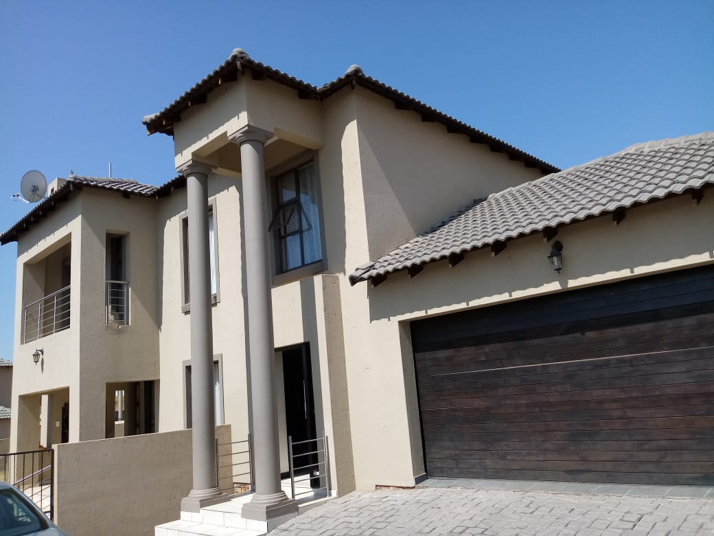 FOR SALE 4 BEDROOMS HOUSE THATCHFIELD ESTATE (RUA VISTA EXT 13) R2 200 000.00 CALL SOPHY @ 0723325794 / 0127000100