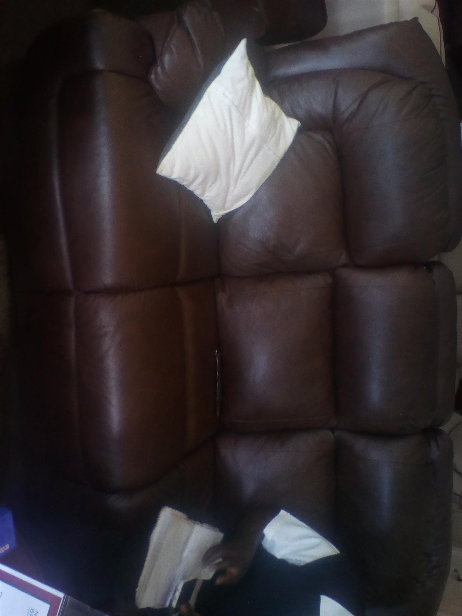 Iam selling a newly used lounge suite still in good condition