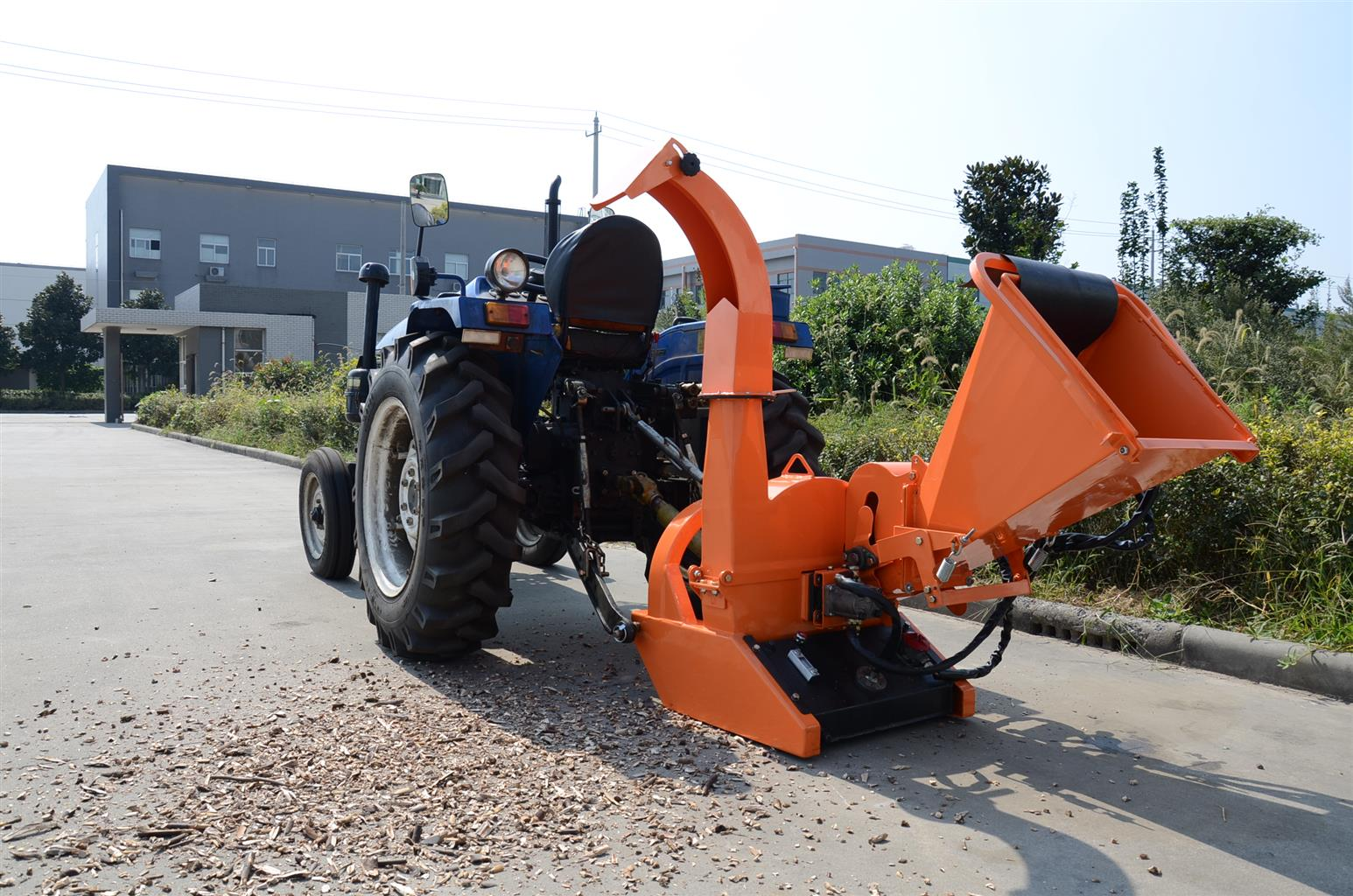 The motor is powered by the chippers' self-contained hydraulic pump and tank.