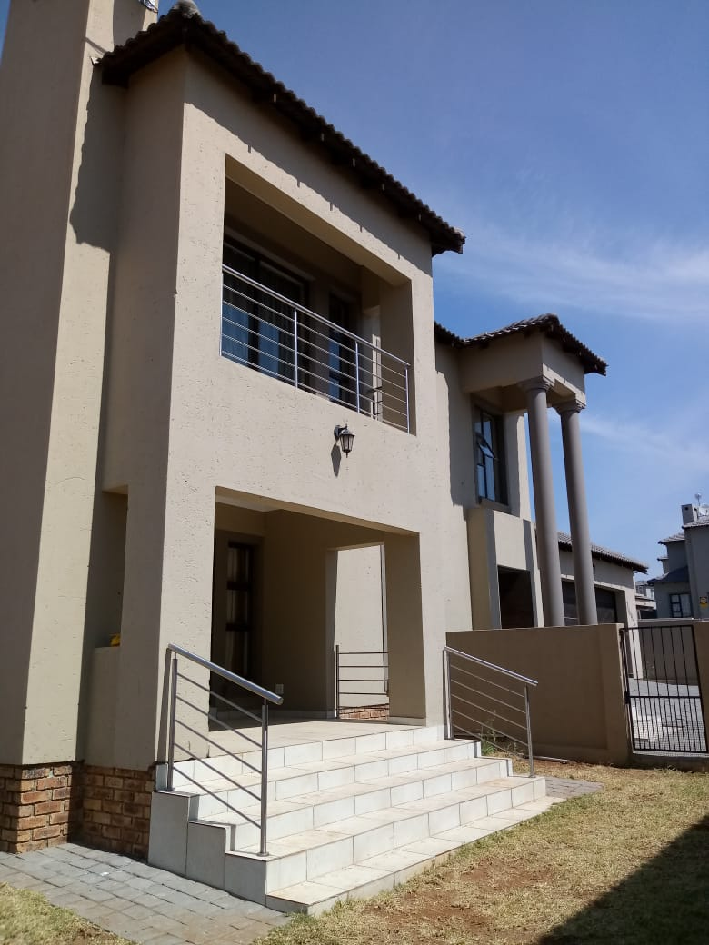 FOR SALE 4 BEDROOMS HOUSE THATCHFIELD ESTATE (RUA VISTA EXT 13) R2 200 000.00 CALL SOPHY @ 0760813571