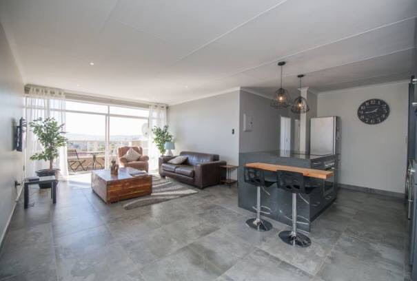 Upgraded Apartment - Modern and Very Stylish near The Wilgers and The Grove PTA East