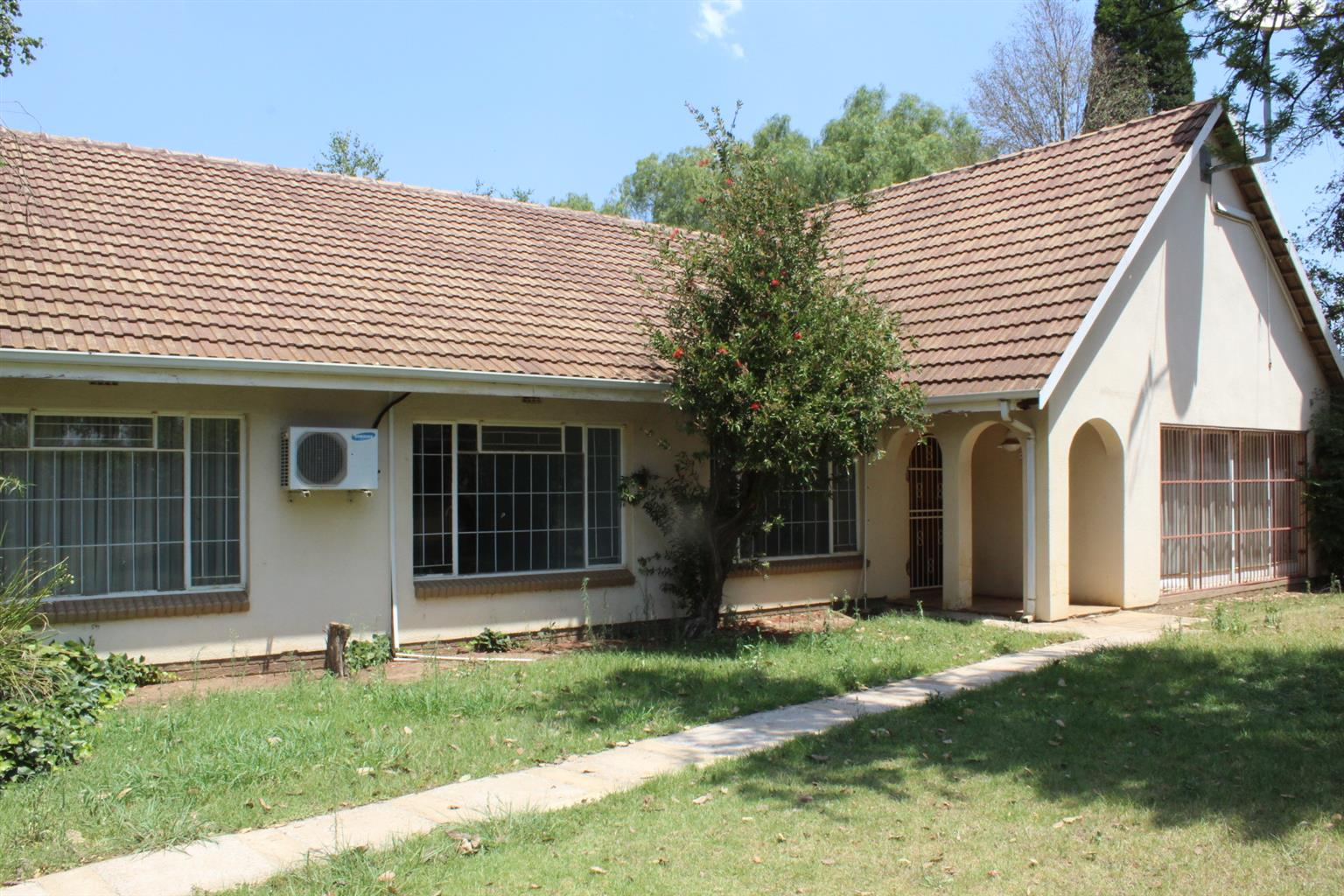 BENONI-LILYVALE (BES PART)-INDUSTRIAL  USES-1.5 Ha- MASSIVE WORKSHOP/FACTORY- FULLY WALLED-R1.55 Mil!!
