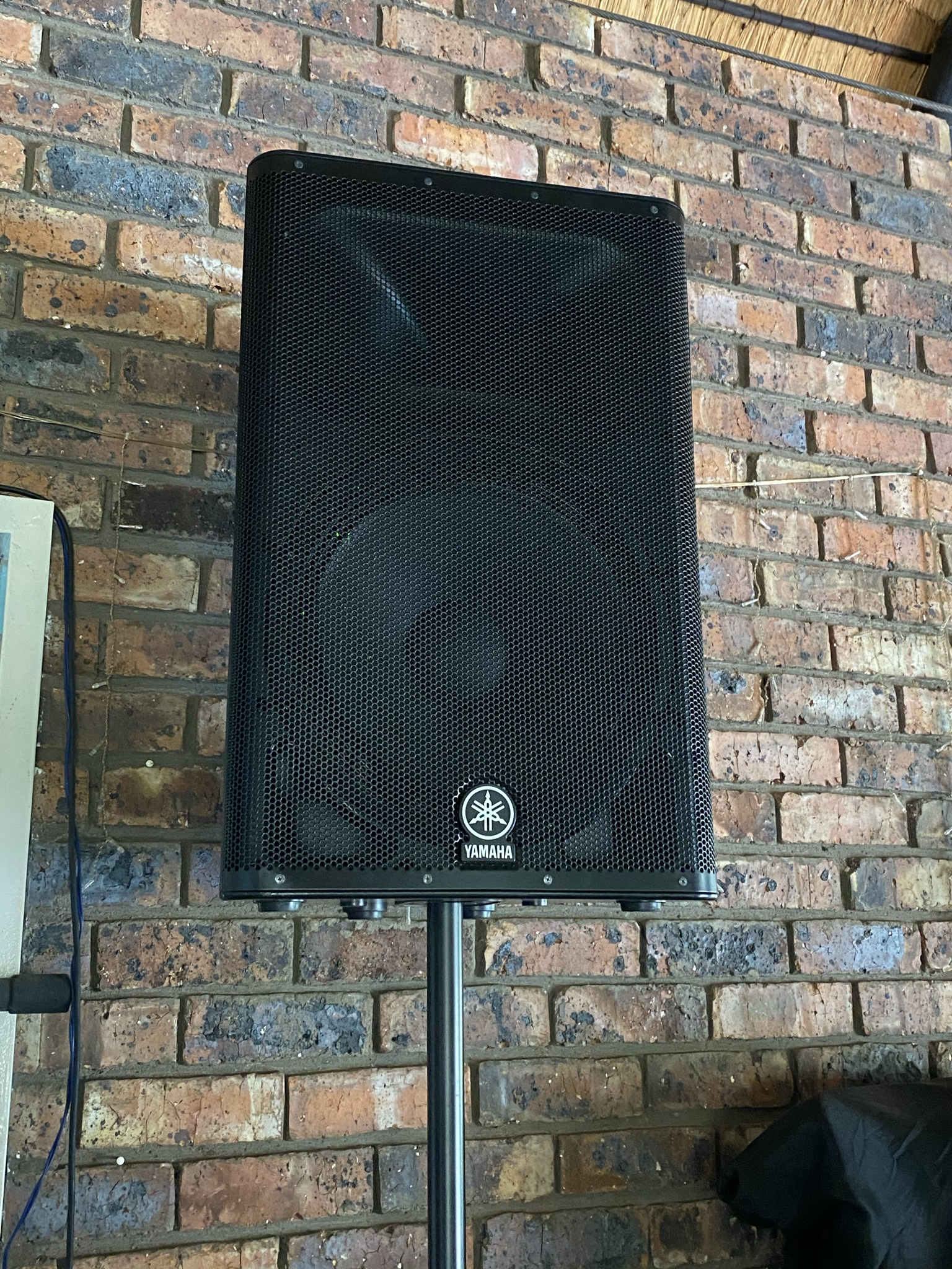 Professional sound system.4 Yamaha speakers plus covers,desk,mic,stands,cables.