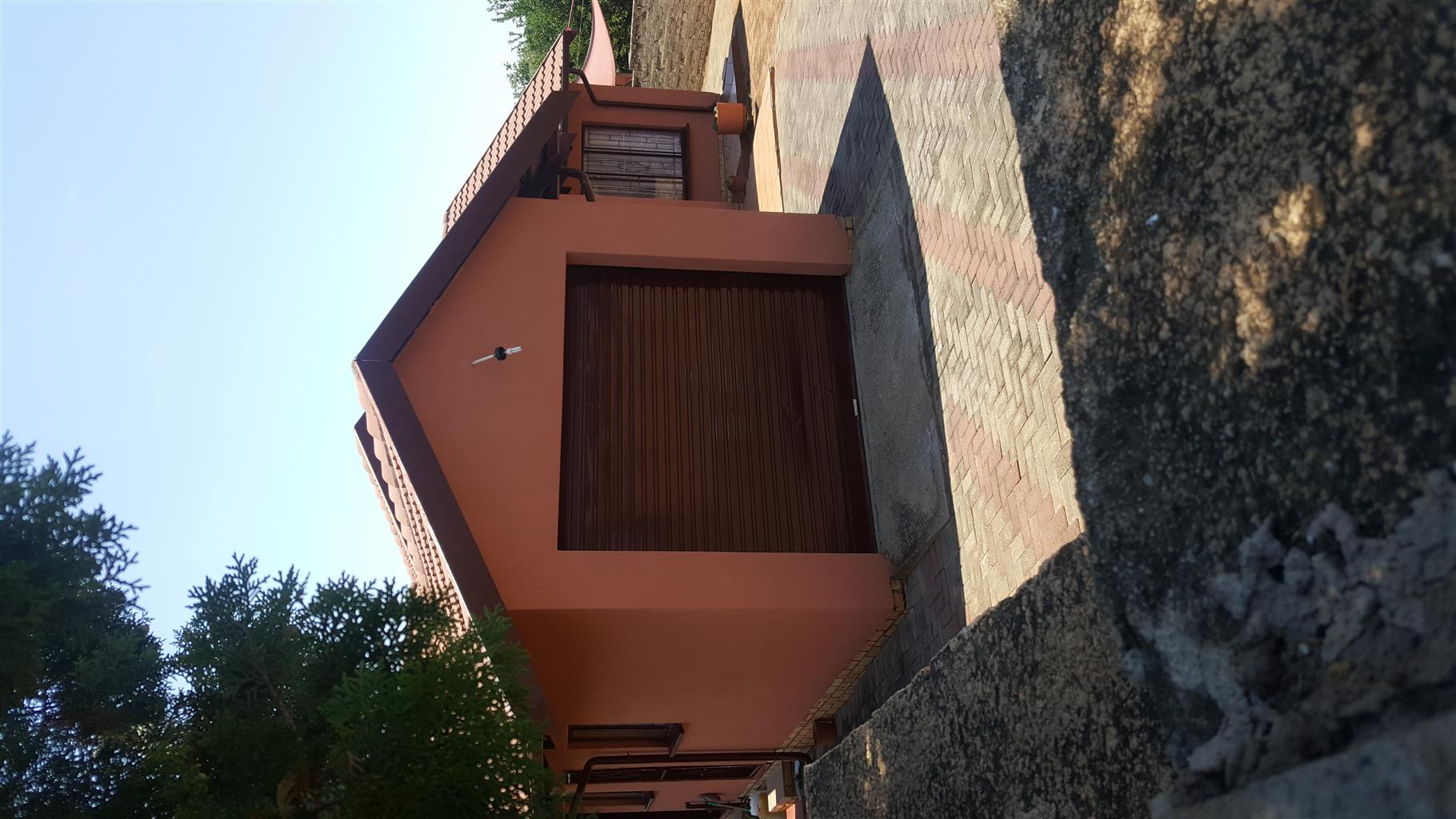 A mmedium size family HOUSE  to buy