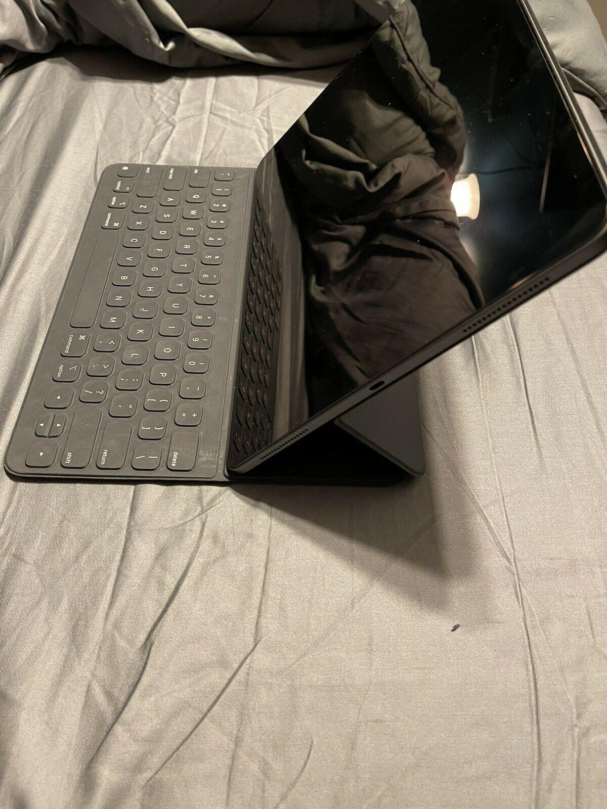 Apple iPad Pro 3rd Gen. 512GB, Wi-Fi, 12.9 in - Space Gray.W/ Smart Keyboard