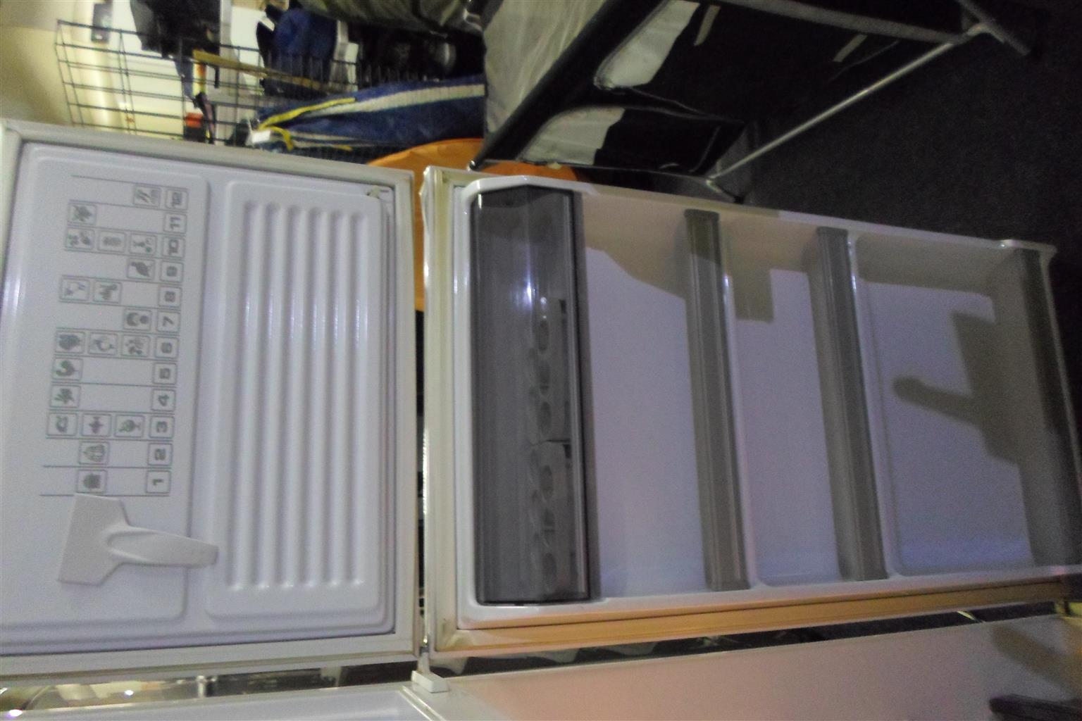 Kelvinator Fridge / Freezer - C033031397-1