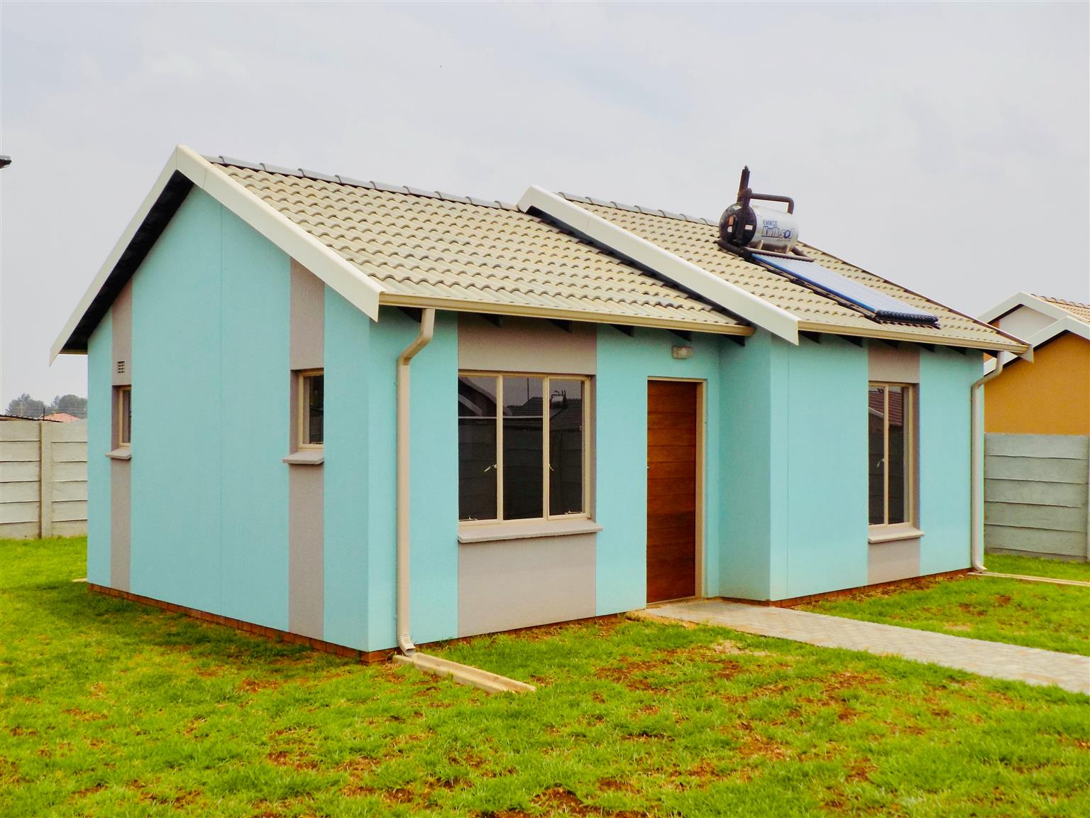 2 bed family home in Windmill park (VOSLOORUS)