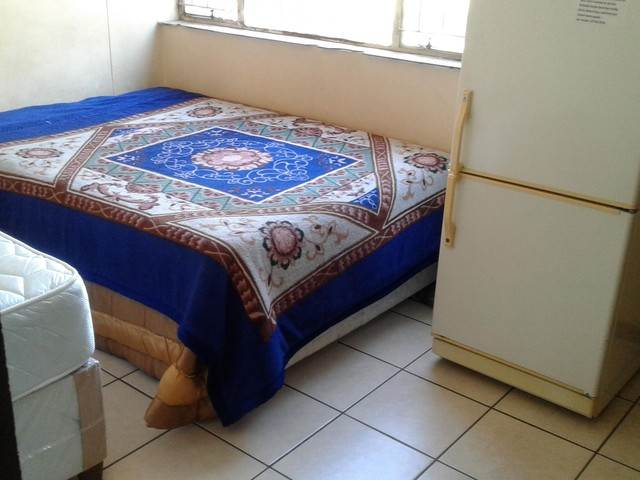 Roodepoort Central open plan bachelor flat to rent for R2800
