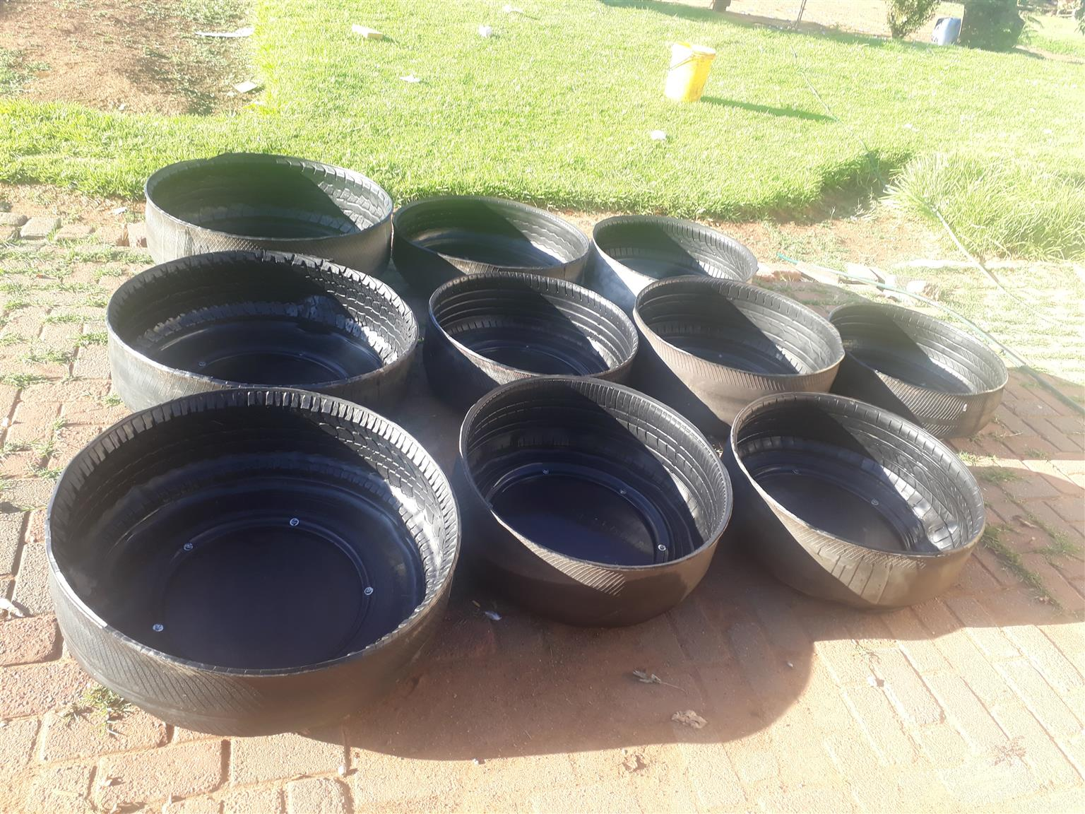 Animal Feeds Bowls. Voer Bakke