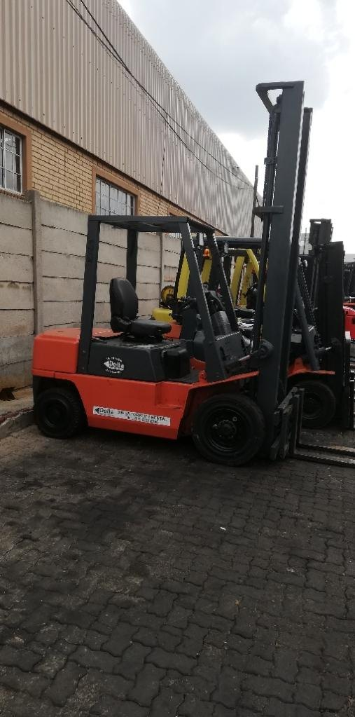 A used 2.5ton Nissan FD25 diesel forklift