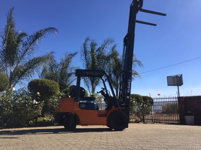 Toyota 7series 2.5 ton petrol Forklift For Sale  &LP  gas