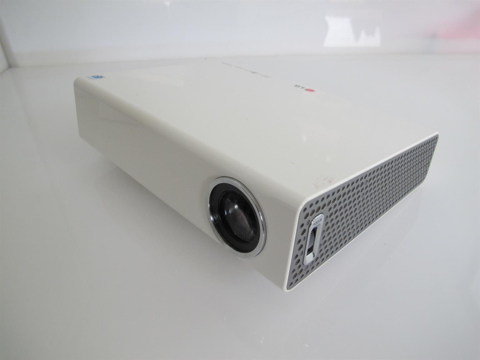 LG PA72G 700 Lumens Portable LED Projector HARDLY USED no remote