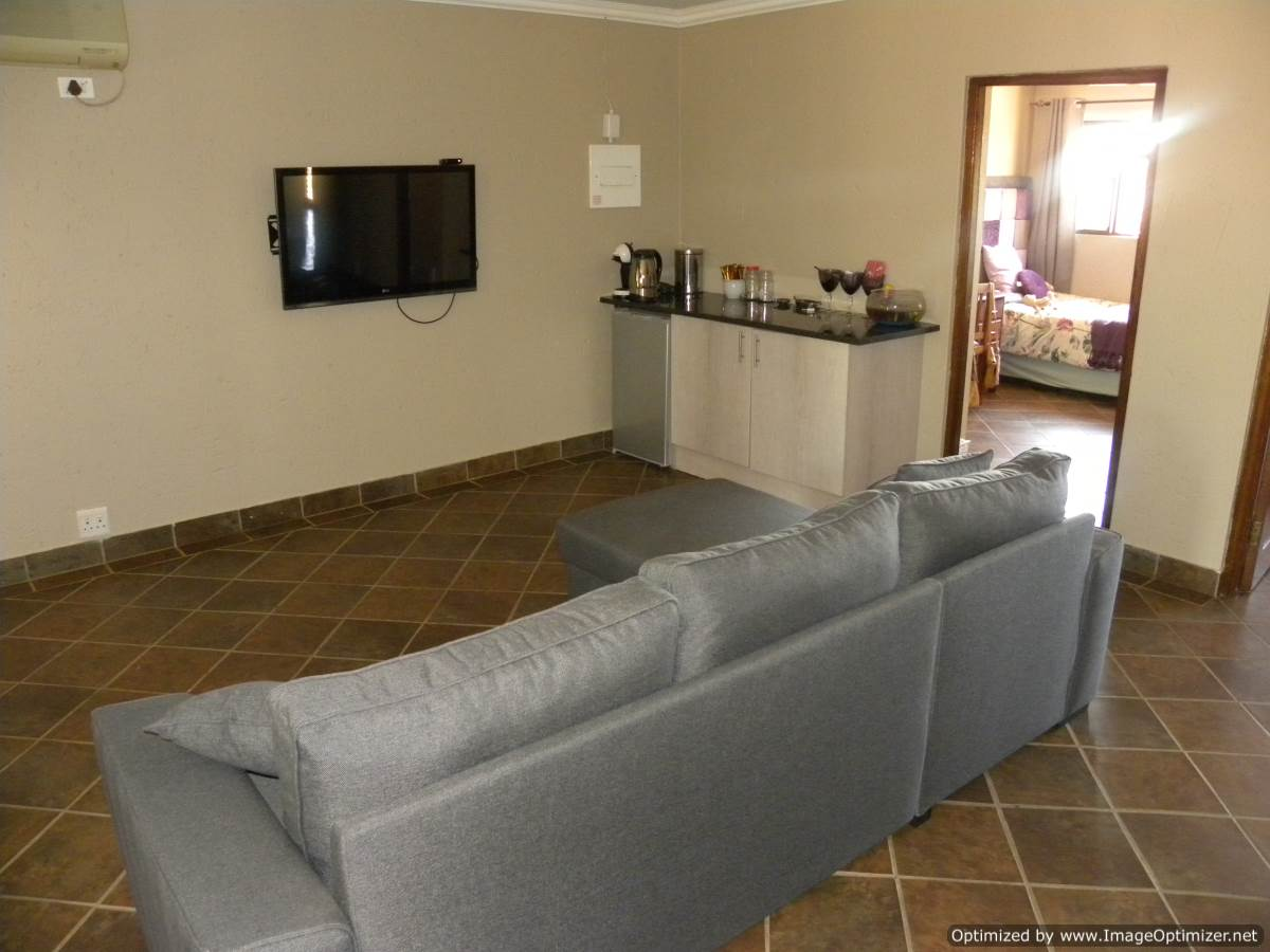 STUNNING AND VERY MODERN 3 BEDROOM DOUBLE STOREY HOUSE FOR SALE IN A WILDLIFE ESTATE (LEEUWFONTEIN)