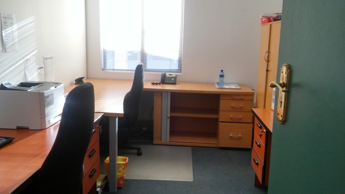 For Sale: Cherry wood desk including credenza & drawers x 2