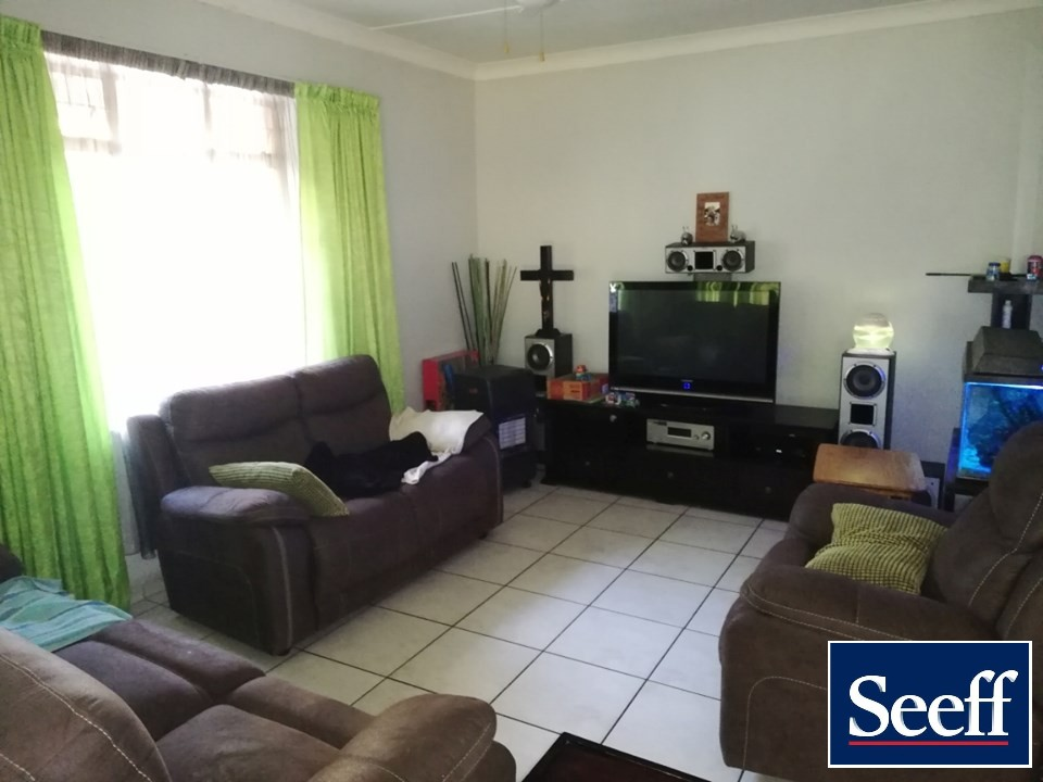 BEAUTIFUL 3 Bedroom House with all the bells and whistles! Ready, move in & Stay!